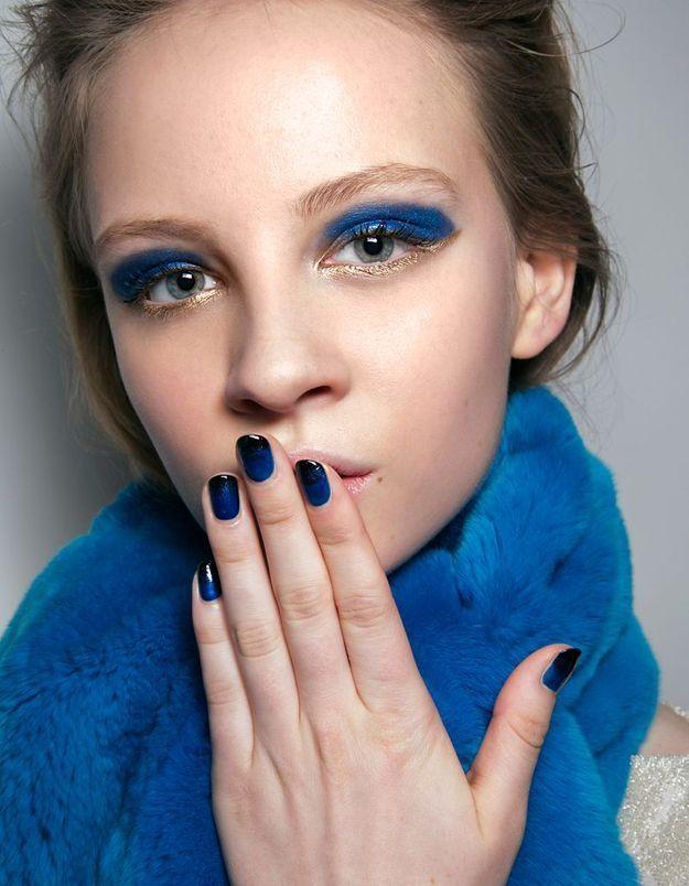 Maquillage doré et bleu