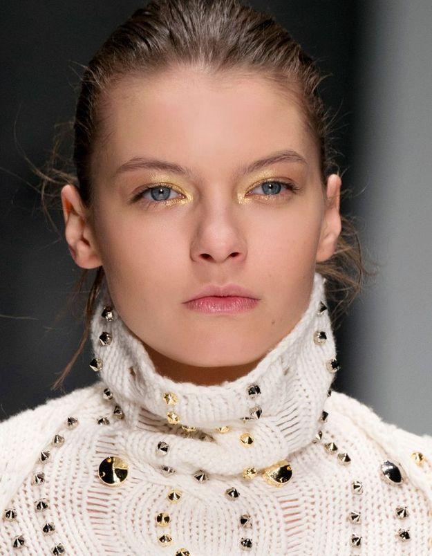 Maquillage doré pour yeux bleus