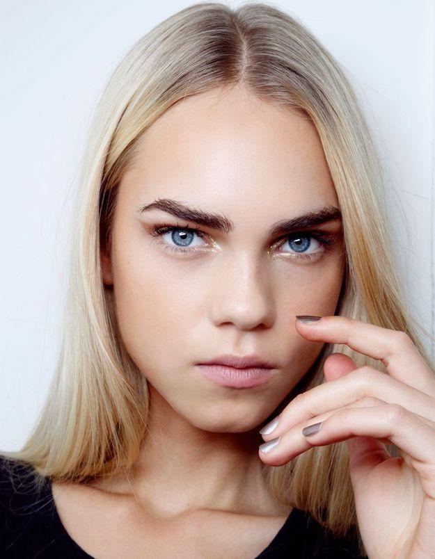 Maquillage doré yeux bleus