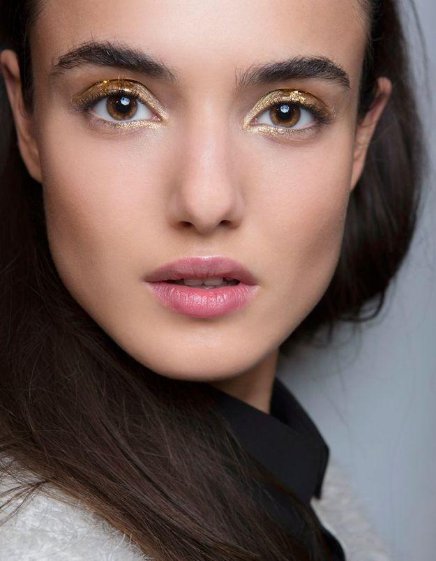 Maquillage doré yeux marron