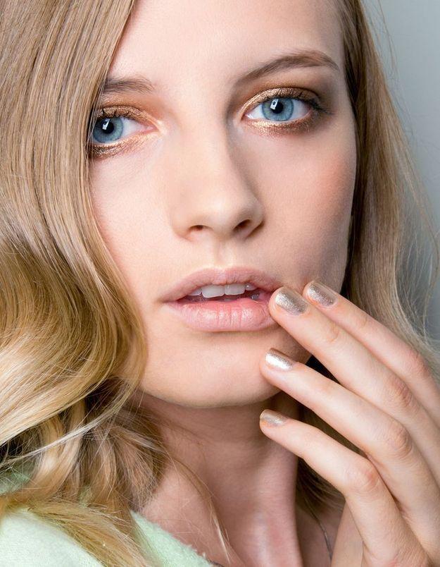 Maquillage doré yeux