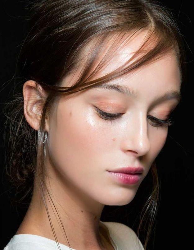 Maquillage sexy :les paupières glowy et le rouge à lèvres effet bouche mordue