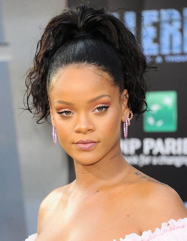Le tatouage de lettres ou chiffres romains de Rihanna