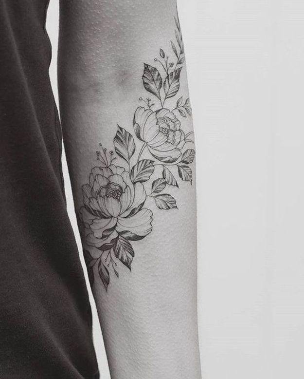 Tatouage pivoine sur l'avant bras
