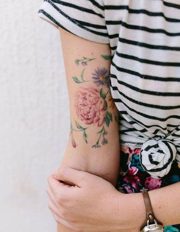 tatouage pivoine sur le biceps