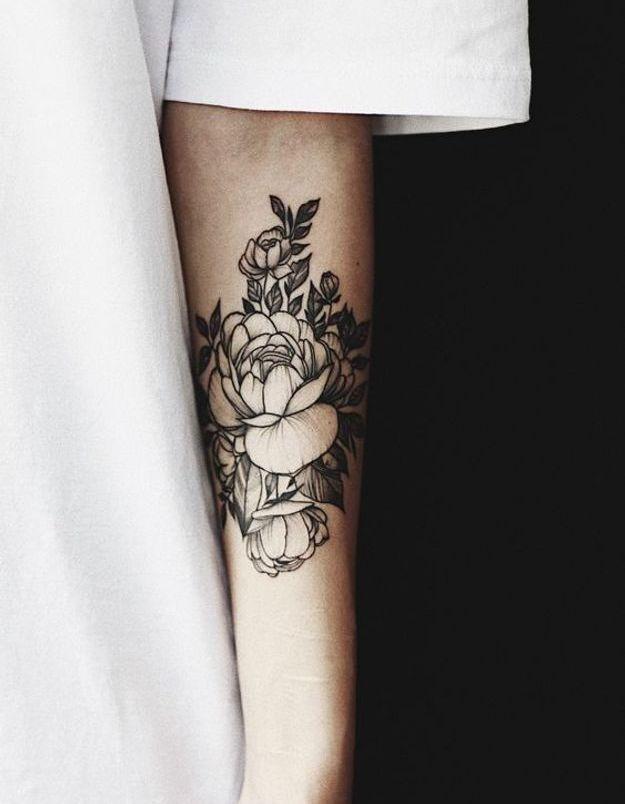 Tatouage pivoine sur le bras