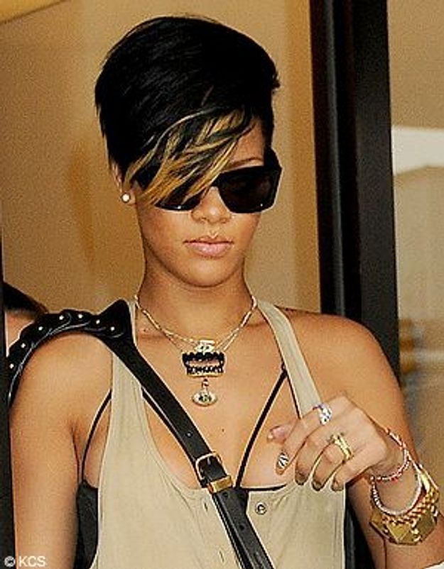 rihanna la coiffure ann es 80 s de trop elle. Black Bedroom Furniture Sets. Home Design Ideas