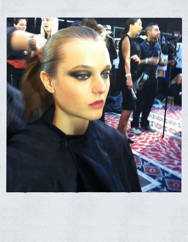 Repérés chez Roland Mouret : le make-up eighties, la manucure dark et le chignon banane shiny