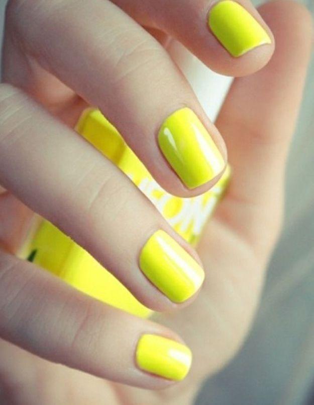 Manucure printemps jaune fluo
