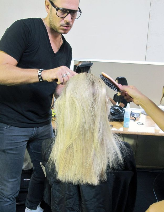 2-Sécher les cheveux en les lissant à la brosse