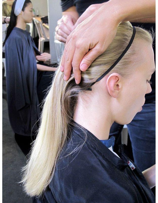 4-Fixer l'élastique à l'aide d'épingles cachées sous les cheveux