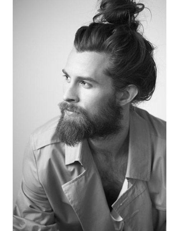 Homme barbu avec un bun