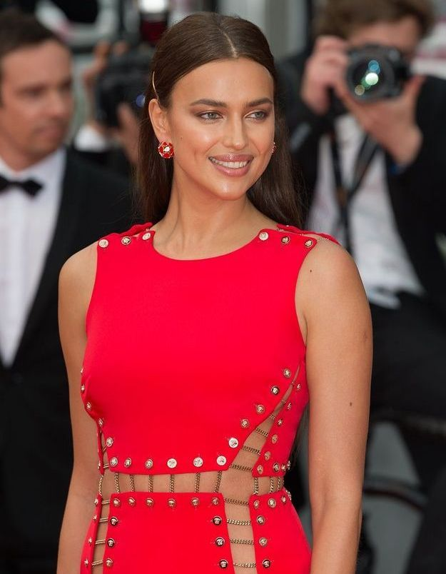 La robe d'Irina Shayk matche avec ses bijoux Chopard