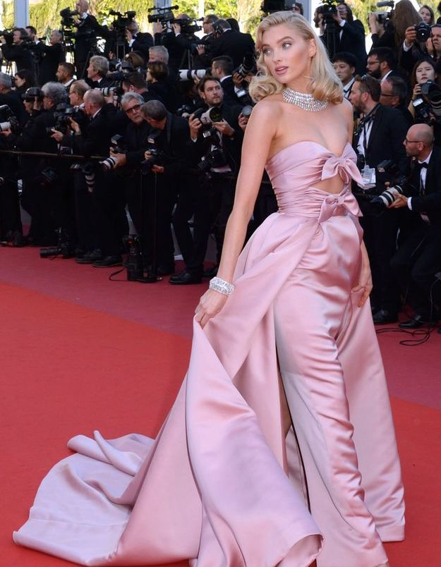La robe rose en satin d'Elsa Hosk
