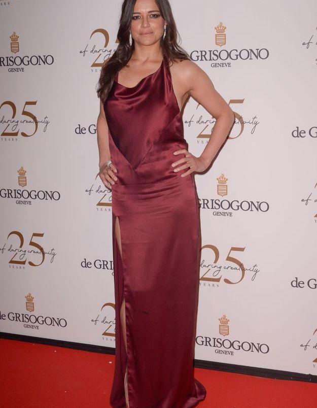La robe rose foncée et satinée de Michele Rodriguez