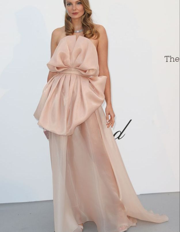 La robe rose poudrée d'une invitée à Cannes
