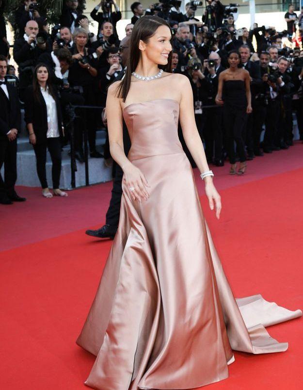 La robe rose satinée de Bella Hadid