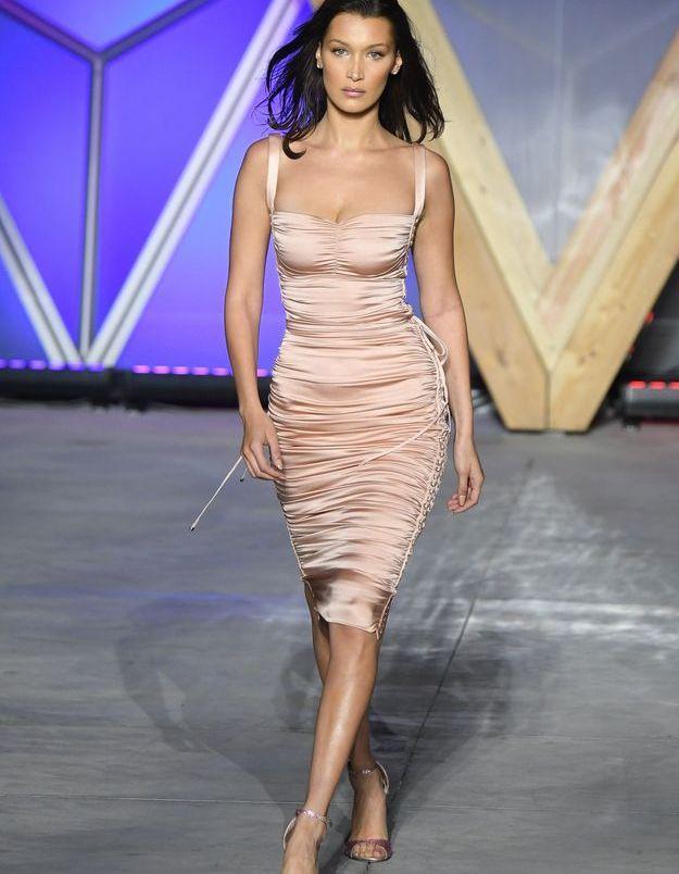 La robe satinée et rose de Bella Hadid lors du défilé Fashion for Release de Cannes
