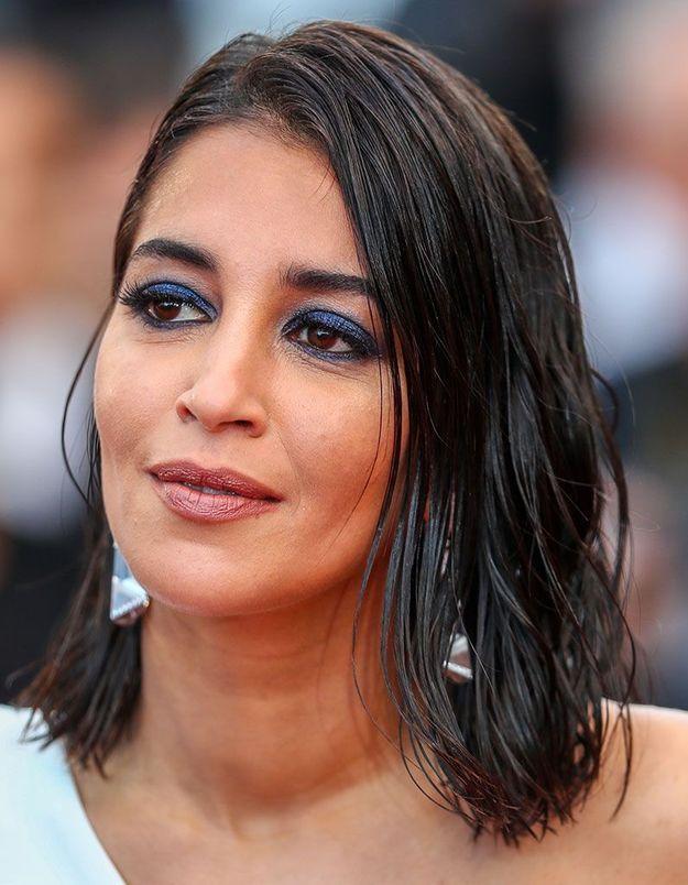 La coiffure effet mouillée en one shoulder de Leïla Bekhti à Cannes