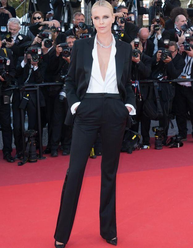 Le look du jour de Cannes : Charlize Theron en smoking Dior