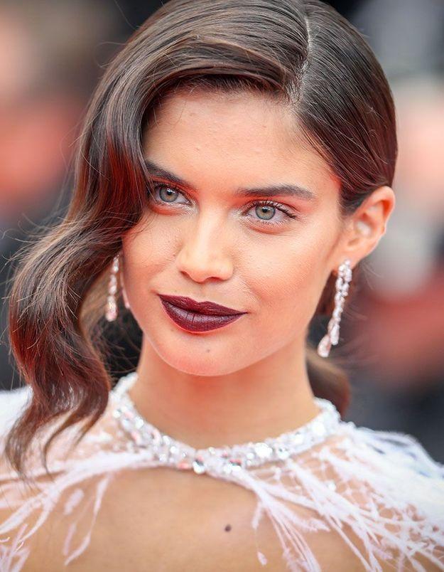 Les lèvres foncées de Sara Sampaio à Cannes