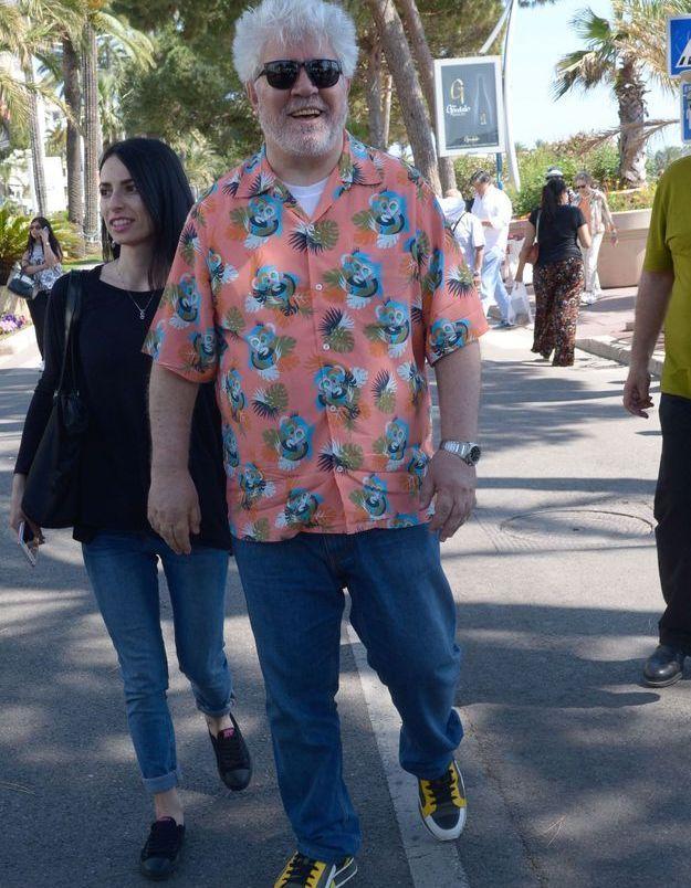 Le réalisateur Pedro Almodovar profite du soleil de Cannes