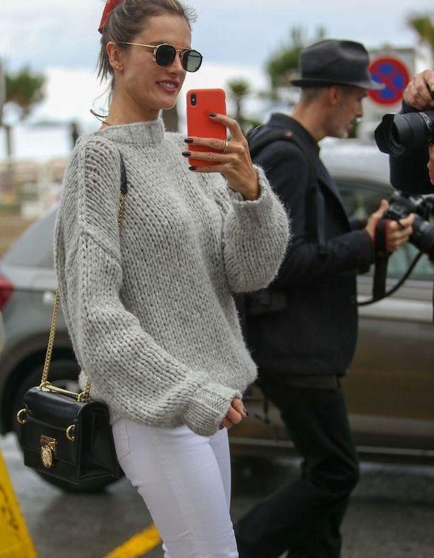 Le mannequin Alessandra Ambrosio en mode selfie sur la croisette