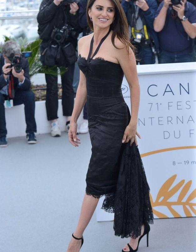 Comme lors de la cérémonie d'ouverture du festival, l'actrice a enfilé une sublime robe noire