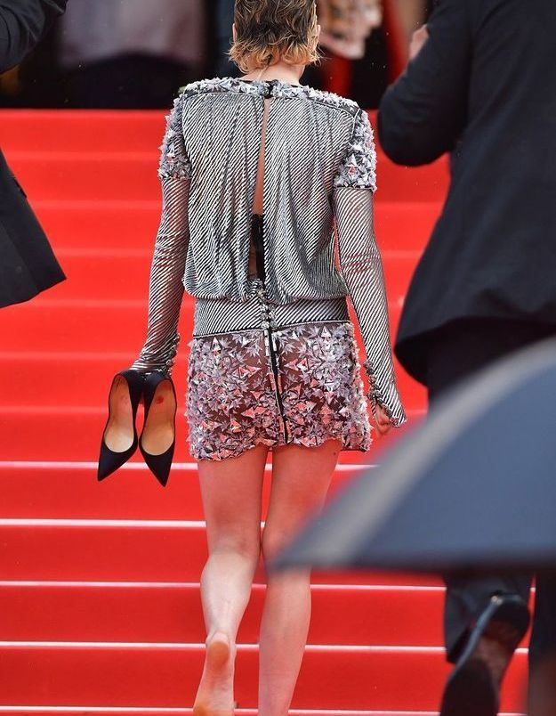 Kristen Stewart monte les marches pieds nus