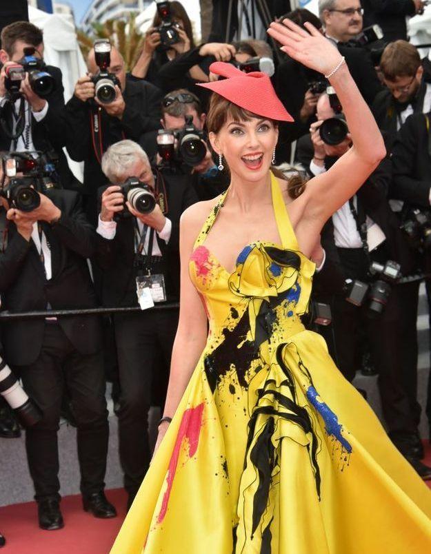L'actrice Frédérique Bel et sa robe artistique
