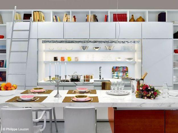 Une cuisine avec une arche bibliothèque