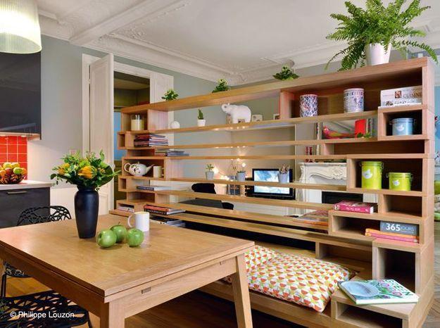 Une cuisine avec une étagère-banc