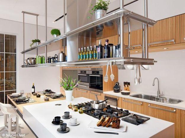Une cuisine avec une hotte aménagée