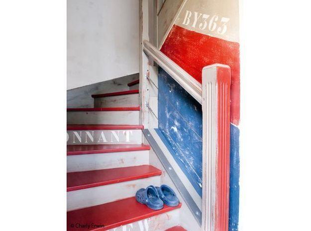 Escalier rouge bleu blanc