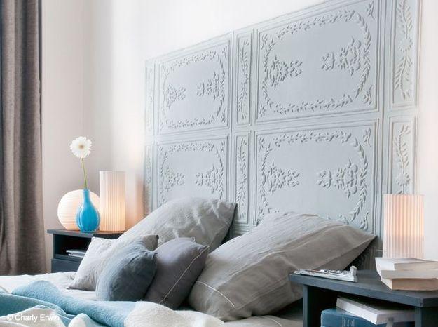 Un papier peint effet moulures pour la chambre
