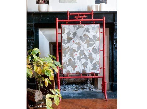 Un papier peint sur le paravent de cheminée