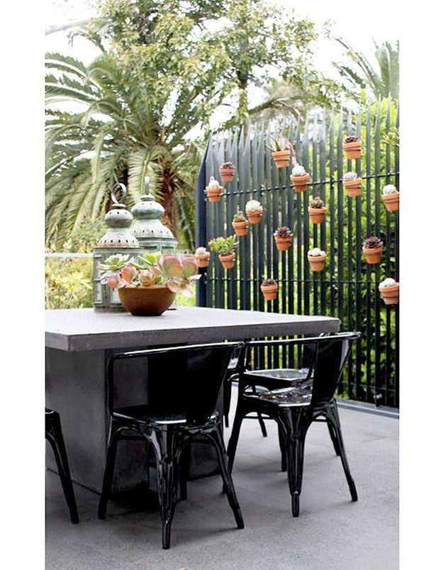 Balcon avec pots suspendus