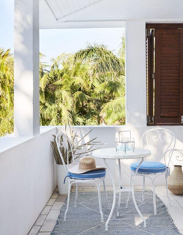 Parier sur le mobilier blanc pour un petit balcon éclatant