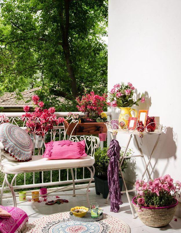 Faire la part belle aux fleurs pour un petit balcon bucolique