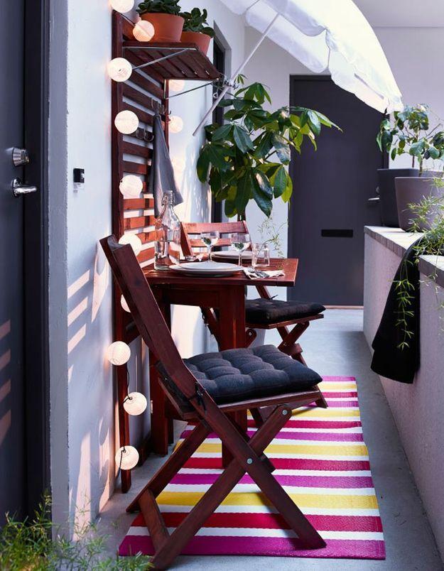 Jouer les effets d'optique (tapis en longueur pour balcon étroit) pour un petit balcon qui a tout d'un grand