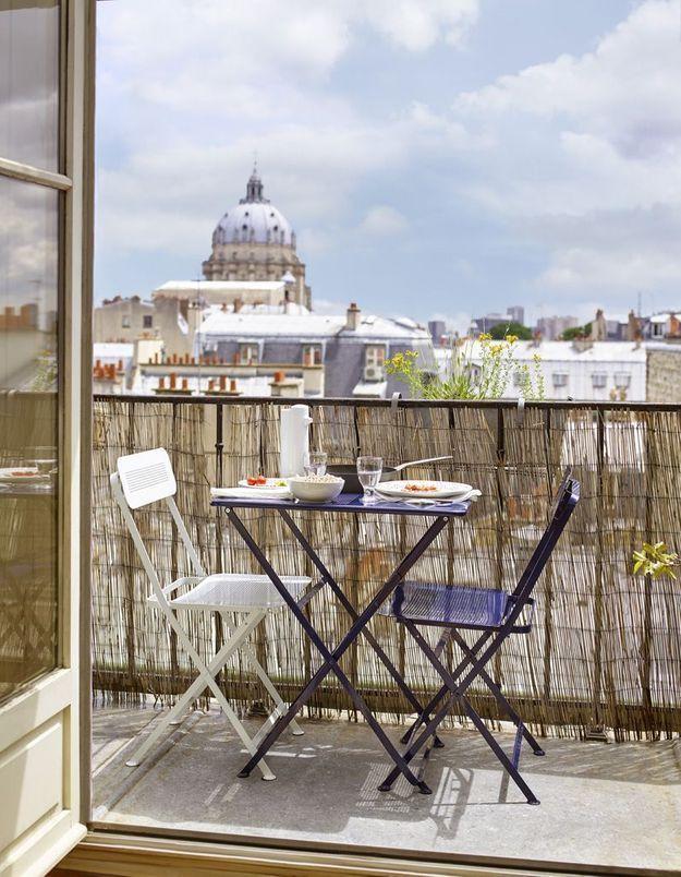 Privilégier le mobilier pliant pour un petit balcon à l'espace optimisé