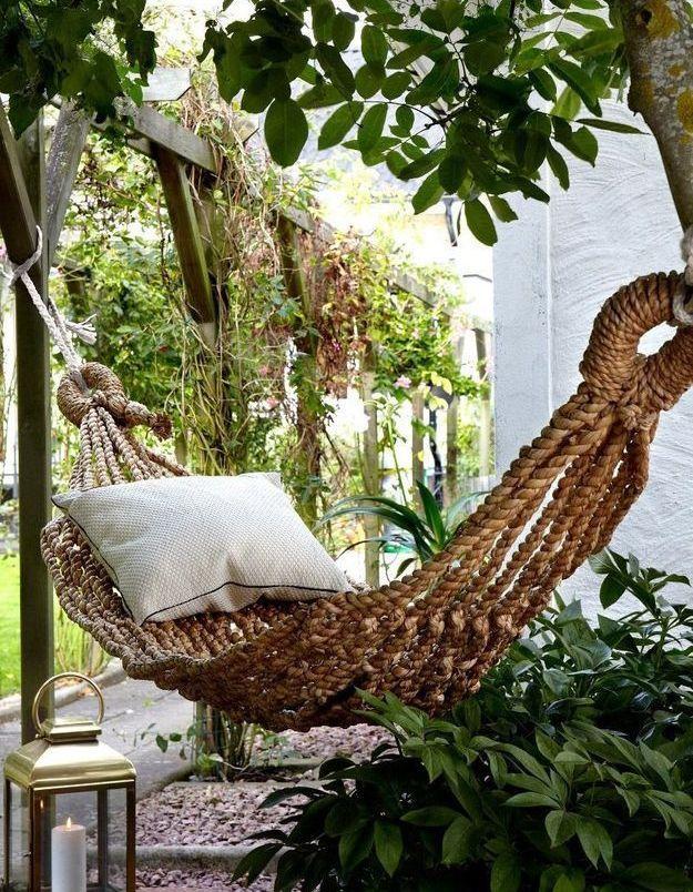 On adopte le hamac tressé pour créer un espace zen dans le jardin