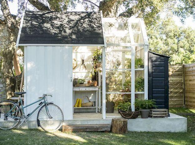 Un cabane de jardin avec une serre