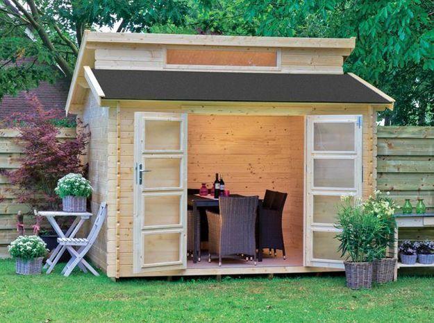 Une cabane pour accueillir un salon de jardin