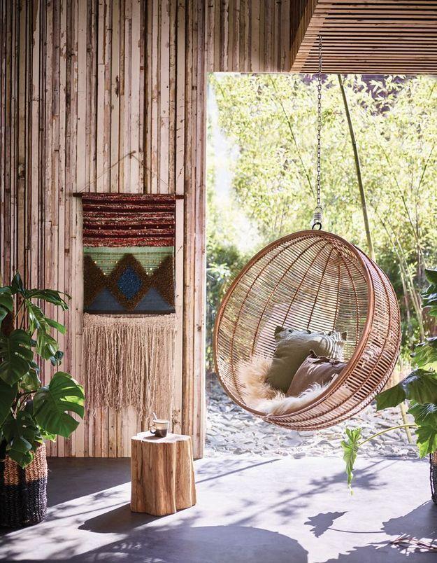 Installez un fauteuil suspendu pour une ambiance cocooning au jardin