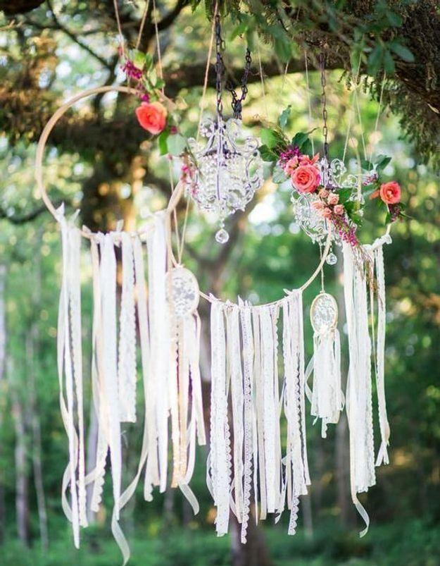 Accrocher des attrape-rêves aux branches pour une atmosphère bohème