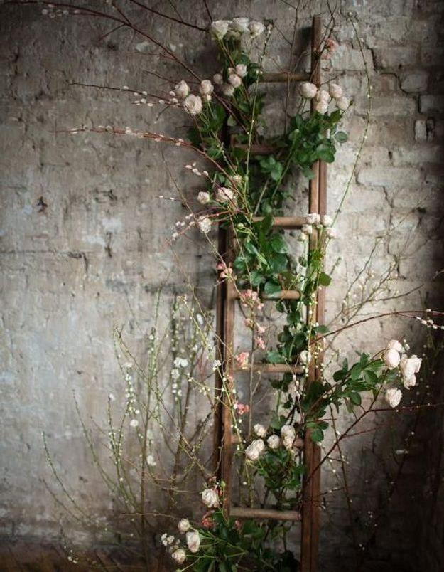 Décorer une échelle de fleurs pour une ambiance florale