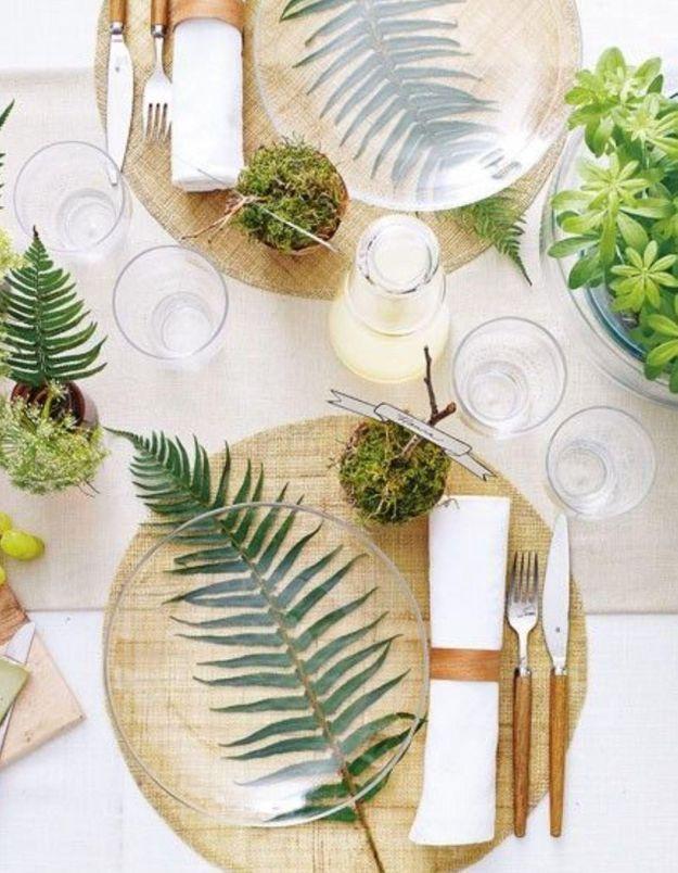 Disposer une feuille verte sous une assiette transparente pour habiller la table