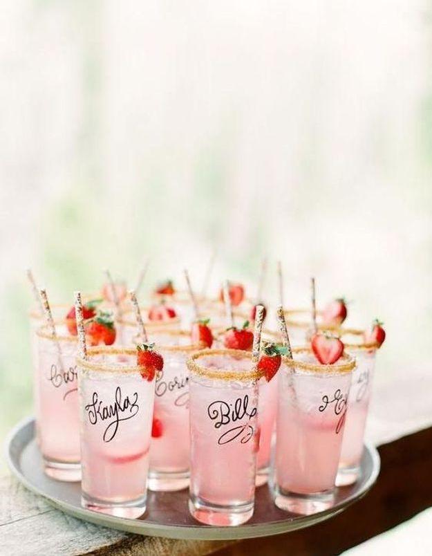 Ecrire le nom de ses invités au marqueur sur des verres pour plus de praticité