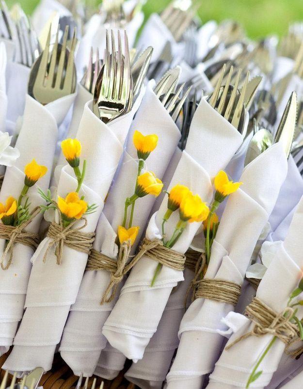 Fabriquer un rond de serviette avec une vraie fleur pour un look bucolique à table